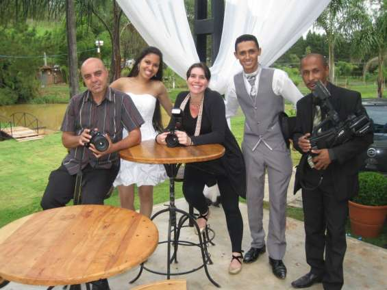 Equipe de fotógrafos e filmador